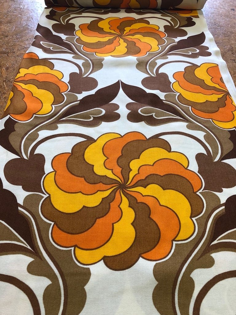 bloem spiraal oranje geel bruin stof retro - Bastaa!